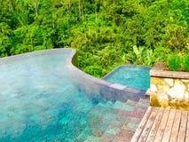 巴厘岛,印度尼西亚- 2014年4月13日:游泳池看法在Ubud斜坡上的花园旅馆 库存图片