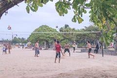 巴厘岛,印度尼西亚- 2017年7月27日:演奏海滩齐射-获得多概念人的小组朋友的在的乐趣 免版税库存照片