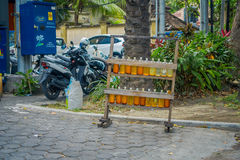 巴厘岛,印度尼西亚- 2017年3月08日:非法汽油汽油被卖在路,被回收的玻璃伏特加酒瓶的边 库存图片