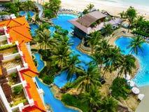 巴厘岛,印度尼西亚- 2008年12月30日:水池和海滩海洋 免版税库存照片