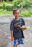 巴厘岛,印度尼西亚- 2016年12月25日:年轻男孩得到了他的食物 库存图片