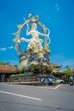 巴厘岛,印度尼西亚- 2017年4月05日:Arjuna美丽的雕象在Jalan Raya Ubud的交叉点的在Peliatan,巴厘岛 免版税库存照片