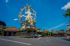 巴厘岛,印度尼西亚- 2017年4月05日:Arjuna美丽的雕象在Jalan Raya Ubud的交叉点的在Peliatan,巴厘岛 免版税图库摄影