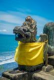 巴厘岛,印度尼西亚- 2017年3月05日:Pura Ulun Danu Bratan寺庙扔石头的龙雕象在巴厘岛,印度尼西亚的 免版税库存图片