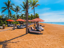 巴厘岛,印度尼西亚- 2014年4月14日:thr海滩看法在圣里吉斯手段的 图库摄影