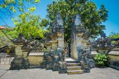 巴厘岛,印度尼西亚- 2017年3月11日:Uluwatu寺庙,在巴厘岛,印度尼西亚,在一美好的天 免版税库存图片
