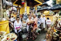 巴厘岛,印度尼西亚- 12月13 :传统COS的巴厘语妇女 免版税库存图片