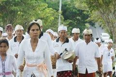 巴厘岛,印度尼西亚- 3月30 :参与巴厘语的村民  免版税库存图片