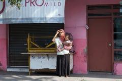 巴厘岛,印度尼西亚- 8月30,2012 :有一个小孩子的少妇 免版税库存照片