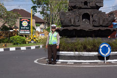 巴厘岛,印度尼西亚- 8月30,2012 :路警察控制tr 库存图片