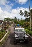 巴厘岛 印度尼西亚- 3月7日, 2013 SUV在热带密林 图库摄影