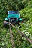 巴厘岛 印度尼西亚- 3月7日, 2013 SUV在热带密林 免版税库存照片