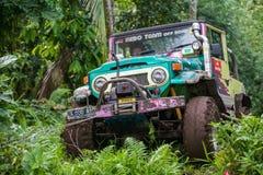 巴厘岛 印度尼西亚- 3月7日, 2013 SUV在热带密林 库存照片