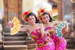 巴厘岛-6月27日:执行传统印度尼西亚舞蹈的女孩在 免版税库存图片