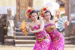 巴厘岛- 2017年3月6日:执行传统印度尼西亚语丹的女孩 免版税库存图片