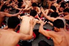 巴厘岛- 12月30 :在Uluwatu的传统巴厘语Kecak舞蹈 免版税库存照片