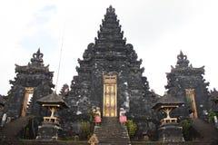 巴厘岛- 10月17 :拜访Besakih临时雇员的未认出的游人 免版税图库摄影