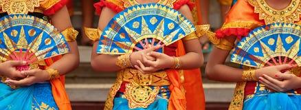 巴厘语传统布裙的舞蹈家妇女 免版税库存照片