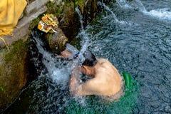 巴厘语印度家庭走向Tirta Empu的神圣的春天 免版税库存照片