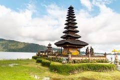 巴厘语在湖Beratan,巴厘岛,印度尼西亚的Ulun Danau寺庙 免版税库存照片