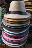 巴厘语在Ubud,巴厘岛在艺术和工艺市场上上色了旅游帽子 库存图片