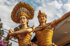 巴厘语夫妇在Tanahlot的上帝雕象 库存照片