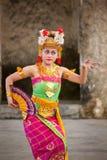 巴厘语女孩执行Legong和Barong舞蹈 免版税图库摄影