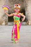 巴厘语女孩执行Legong和Barong舞蹈 免版税库存照片
