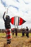 巴厘语少年发射一只大五颜六色的风筝 库存图片