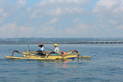 巴厘语渔夫在库塔,巴厘岛 库存图片