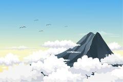 厚实的云彩围拢的山上面 从山峰的天际视图 免版税图库摄影