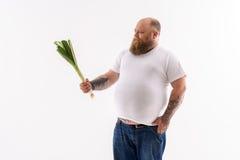 厚实的人不喜欢健康食物 免版税图库摄影