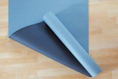厚实的反滑动蓝色和黑健身瑜伽实践或meditati 库存图片