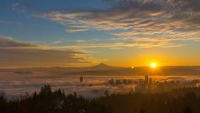 厚实的在市的辗压浓雾波特兰俄勒冈和积雪的胡德山在日出时间间隔1080p的一清早 股票录像
