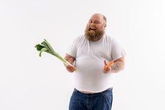 厚实的有胡子的人更喜欢健康吃 免版税图库摄影