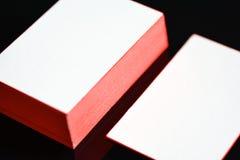 厚实的白色棉纸名片嘲笑与红色绘了边缘 空白的名片模板 免版税库存照片