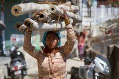 厚实的竹茎头的印度年轻女人  库存照片