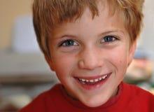 厚颜无耻的男孩少许产生微笑 免版税库存照片