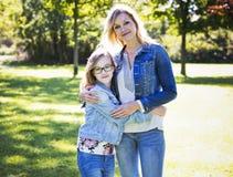 原因母亲和女儿在公园 免版税图库摄影
