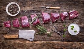 原始牛肉的肉 在一个切板的未加工的牛里脊肉牛排有迷迭香在其他位置的胡椒盐的 免版税图库摄影