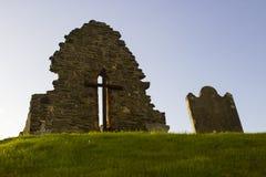 原始的圣艾当` s教会的老废墟Bellerina的在伦敦德里郡在北爱尔兰 免版税库存照片