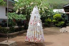 原始的圣诞树由塑料垃圾制成 库存照片