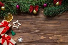 原始的圣诞节渔了与两礼物盒,雪花,星,冷杉木,切片的博览会在木的柠檬 免版税库存图片