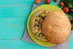 原始的开胃菜-被充塞的麦子面包被烘烤 在一个土气样式的盘 图库摄影