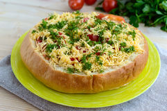 原始的开胃菜-被充塞的麦子面包被烘烤 免版税图库摄影