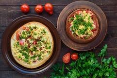原始的开胃菜-被充塞的黑麦和麦子面包,被烘烤 在土气样式的盘 图库摄影