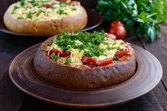 原始的开胃菜-被充塞的黑麦和麦子面包,被烘烤 免版税库存图片
