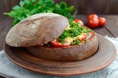 原始的开胃菜-被充塞的黑麦面包,被烘烤 免版税库存图片
