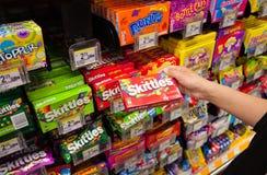 原始的果子九柱游戏用的小柱包裹在超级市场 免版税库存图片