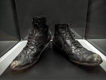 原始的查理・卓别林流浪者的鞋子 免版税库存图片